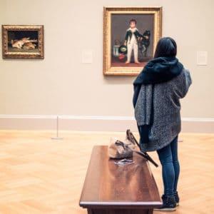 """""""Tiens, je poserais bien mon sac ici!"""" musée tableau oeuvre banc"""