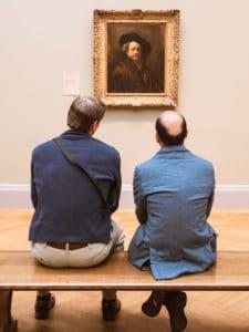 Ces deux-là ont pris tout leur temps pour admirer ce Rembrandt. Hommes qui regardent tableau Rembrandt