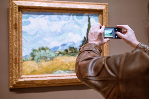 Prendre en photo un tableau oeuvre musée téléphone appareil photo