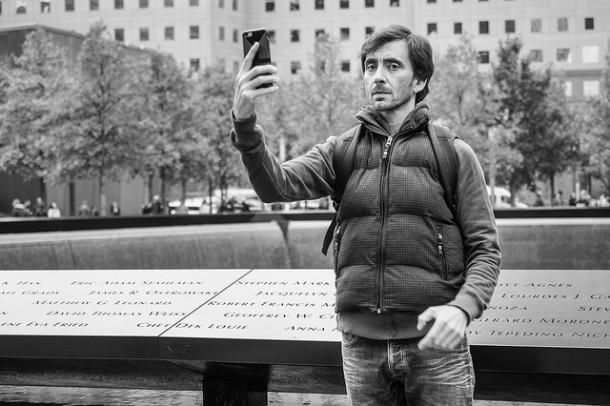 """""""What? Tu veux arrêter les critiques photo? Si c'est comme ça, je ne prends plus que des selfies!"""" selfie noir et blanc"""