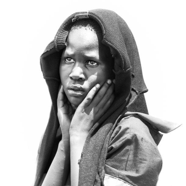 Photo de portrait en noir et blanc et en contre-jour