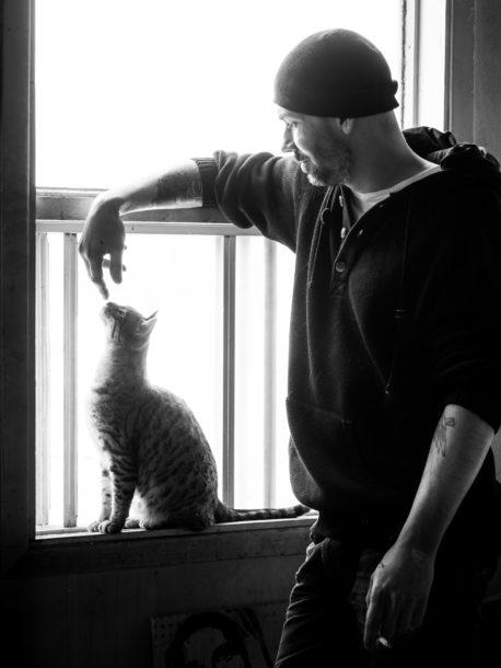 Photo de portrait en noir et blanc et contre-jour