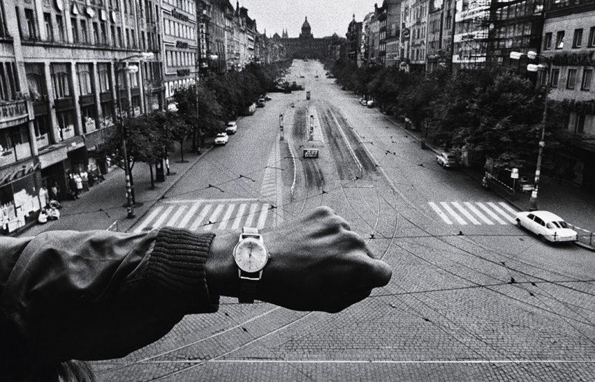 Invasion of Prague photo Josef Koudelka
